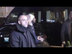 استقبال غاضب في باريس للاعبي سان جرمان بعد الخسارة التاريخية أمام برشلونة (ahmkbrcom) Tags: باريس برشلونة