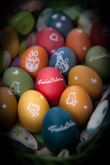 Frohe Ostern! (blende74.de) Tags: ostern feiertag ei osterei nest feier freude geschenk bunt farben grüse wünsche glück osternest rot blau grün gelb happy easter joyeuses pâques buona pasqua vrolijk pasen felices pascuas dof eggs food multicolored animalegg nopeople cultures table easteregg backgrounds groupofobjects celebration closeup woodmaterial decoration colorimage greencolor brown colors symbol everypixel