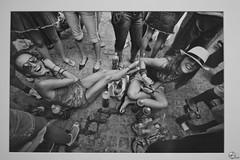 Diez impaztos. (elojeador) Tags: foto fotografía byn bn mujer chica joven fiesta alegría feria bebida feriadelmediodía adoquín sombrero gorro gafas sentada carlosdepaz exposición cama museodeartedealmería espacio2 depaz elojeador