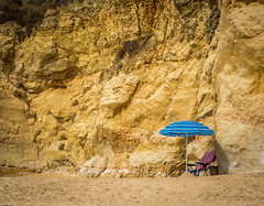 blauer Schirm (olipennell) Tags: fels felsenküste portimão portugal schirm faro pt beach strand rock