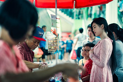 Which Flavor? (Jon Siegel) Tags: nikon d750 50mm 14 sigma50mmf14art 50mmf14 people kids woman girl beautiful icecream uncle afternoon chinatown chinese singapore singaporean candid street culture