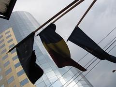 Ça tangue (Robert Saucier) Tags: bucarest bucharest roumanie romania drapeau flag building architecture fil wire contrejour contreplongée img1983