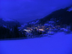... ...blue/bleu... (project:2501) Tags: wengen jungfrauregion suisse switzerland snow ski travel view town village glühwein bar table chairs dusk twilight twinkle fluorescentlight bluelight blue bluebleu bleu inthemountains mountains mountain