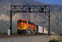 Almost to Mojave (Moffat Road) Tags: bnsf es44dc heritageii h2 gevo ge 7658 signalbridge searchlights tehachapipassroute manifestfreight freighttrain mojave california newlocomotive train railroad locomotive ca