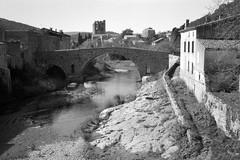 Lagrasse: le Pont-Vieux sur l'Orbieu (Philippe_28 (maintenant sur ipernity)) Tags: lagrasse corbières orbieu 11 aude france europe olympus trip 35 24x36 argentique analogue camera photography film caffenol