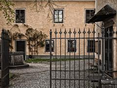 Durchblick (schasa68) Tags: waxenberg austria oberösterreich upperaustria mühlviertel hof garten zaun garden building gebäude old alt olympus haus bauwerk fenster door tor eingang innenhof