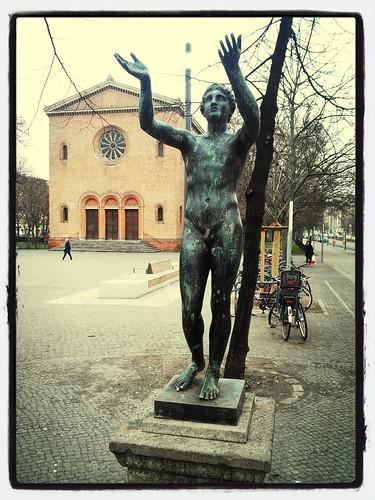 Skulptur: Hände hoch @ Leopoldplatz
