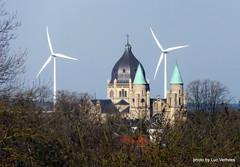 Lambertus kerk in Maastricht & windturbines in Belgi (Lucsaflex) Tags: church maastricht kerk windturbine limburg windmolen zvi wtg windenergie lambertus renewables fortsintpieter