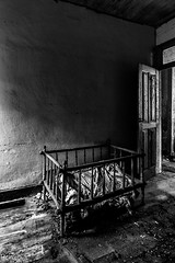 Fuga de Alcatraz (Perurena) Tags: cuna cama bed barrotes mueble furniture habitación bedroom casa house abandono decay ruina escombros suciedad dirty luces sombras lights shadows blancoynegro blackandwhite bw urbex urbanexplore