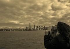 Observando Manhatan I (gatetegris) Tags: statue liberty estatua libertad usa eeuu estadosunidos travel viaje viajar atlantic ocean atlantico oceanoçnubes nyc ny newyork newyorkcity libertyisland hudsonnriver manhattan lowermanhattan sepia isa isavaquita