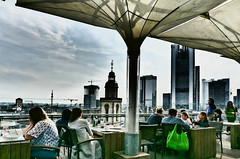 Kaufhof Dachterasse, Frankfurt (JB Fotofan) Tags: frankfurt zeil skyline skycrapper poeple hochhäuser leute menschen cafe lumixfz1000 himmel sky buildings