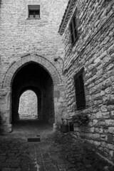 (Alice Barigelli) Tags: pievefavera marche italy borgo village alley vicolo blackandwhite biancoenero arco arch