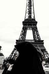 Paris somos todos (María Blanco Photography) Tags: byn retrato portrait paris france bw torreeiffel musulmán photography photo fotografias mujer woman