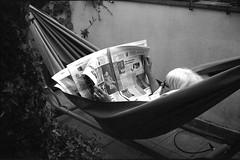 Giornale on line (Mattia Camellini) Tags: yashicaelectro35gt yashinon1745mm analogue analog pellicola rolleisuperpan200 kodakd76 biancoenero blackandwithe monochrome persone people ritratto portrait mattiacamellini vintagecamera 35mm amaca giornale lettura newspaper toscana