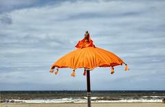 oranje parasol (Gerard Stolk (vers la Fête du Roi)) Tags: scheveningen thehague lahaye haag denhaag oranje parasol kust strand schepen horizon golven