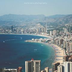 7. Mi verano. (Maite Vela) Tags: beach canon 50mm mar edificios paisaje verano benidorm canon1000d mielylimn maitevela
