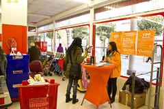 En la imagen se puede ver a una de las comerciales de Adamo en el stand ubicado en Eroski
