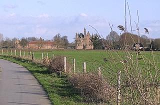 Het Lingepad met kasteel Doornenburg op de achtergrond.