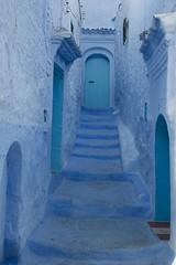 Blue streets (ramosblancor) Tags: humanos humans historia history arquitectura architecture color azul blue calles streets pueblos villages towns chefchaouen marruecos viajar travel puertas doors