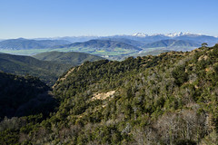 Vista desde los escarpes sobre San Juan de la Peña (CarlosJ.R) Tags: españa huesca pirineos sanjuandelapeña