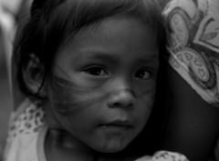 Indiazinha com pintura de jenipapo comemorando a caçada