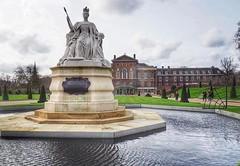 "Kensington Palace, era a ""casa"" da Diana e hoje é da Kate Middleton. Antes delas não pesquisei. So much history and glamour  #hydepark #kensingtonpalace #thisislondon #london #wanderlust (.Tatiana.) Tags: instagramapp square squareformat iphoneography uploaded:by=instagram lofi"