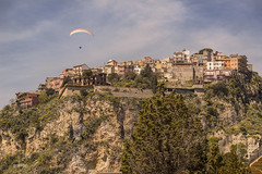 Castelmola (hph46) Tags: italia italien sicilia sizilien castelmola taormina berg dorf felsen gleitschirm sony alpha7r