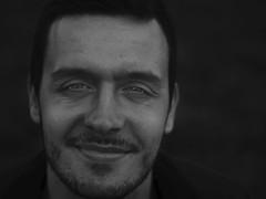 Él. (_Zahira_) Tags: portrait bw men smile lafotodelasemana retrato olympus bn sonrisa nr mirada dragan hombre 50mmf18 ngr e500 subexposicion uro desaturado draganizer subexpuesto 50mmom efectodragan