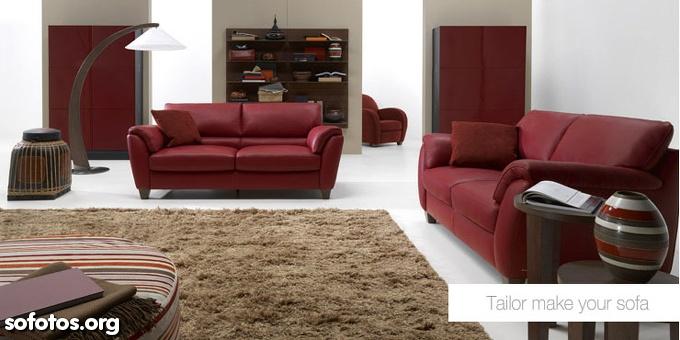 sala de estar com sofá vinho