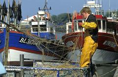 Boulogne-sur-Mer, port de pêche (Ytierny) Tags: france horizontal port bateau navigation manche bassin pêche pasdecalais boulognesurmer chenal côtedopale chalutier fanion boulonnais ytierny