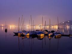 Bateaux appontés sur le Lac Majeur pendant l'heure bleue (Livith Muse) Tags: lac bateau nuit heurebleue lacmajeur lagomaggiore angera lombardia italia ita brume mist bluehour boat night
