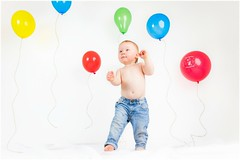 Ballonparty :) (bunterkunt) Tags: baby newborn kid child boy kind junge bube ballons ballon luftballon bunt colorful colourful happy glücklich jeans studio indoor hey key hell weis fun spas canon handheld softbox lightroom
