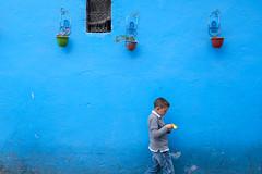 Neben dieser Stadt ist das Leben blass wie Ziegenkäse :-) (insider-fototour) Tags: carolaschmitt chefchaouen fes fotografinmainz fotoreise fotoworkshop frauschmittfotografiert insiderfototour mainz marokko people portrait streetfotografie streetphotography