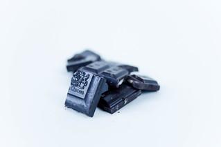 Dunkle Schokolade /  Chopped dark chocolate closeup