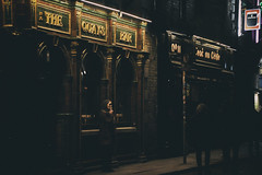 The Quays Bar, Dublin (Marta Marcato) Tags: girl smoker dublin street streetphotography night dark bar pub ireland woman ragazza fumatore fumo smoke sigaretta dublino strada notte buio irlanda donna nikond7200