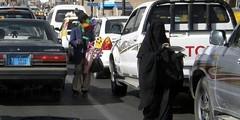 street sellers (Aisha Laharabi) Tags: niqab arabes abaya couverte khimar voilée musulmane gants libre extérieur