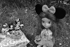 Stop ! goûte ça! (alixir2.0) Tags: disney mickey mouse souris dessin animé pullip figurine toys jouet winnie pooh time gouter jardin lourson bourriquet gateau kawaii cute doll bjd poupée enfance alixir