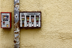 Chewing Gum (CoolMcFlash) Tags: street old wall canon gum eos austria tirol sterreich alt wand machine rusty sweets chewing bubblegum minimalism simple tamron minimalistic tyrol innsbruck rostig automat kaugummi einfach minimalistisch strase 18270 60d b008 ssigkeiten