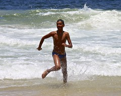 Boy having fun at the Arpoador Beach (alobos Life) Tags: friends boy sea brazil sky sun playing man cute male sol praia beach boys water colors beautiful rio azul brasil canon de fun outdoors eos rebel mar sand agua janeiro action body candid garoto playa colores arena cielo enjoy brazilian alegria speedo having garotos enjoying sunga chicos jugando arpoador divertido accion t1i