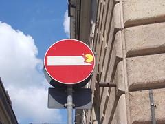 Immagine 095 (en-ri) Tags: writing graffiti genova pacman zena cartello gnam segnale stradale divieto daccesso