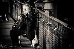 Candados (martij27) Tags: espaa luz calle sevilla andaluca spain guadalquivir sombra 5100 sombras oro triana blanconegro 2014 d5100 nikond5100 martij27