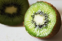Kiwi (Livia Coupat) Tags: fruit vert grains marron coupé