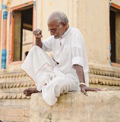 La sombra de Mahatma (Nebelkuss) Tags: asia india uttarpradesh varanasi benarés saddhu santón rio river ganges ghats retratos portrait fujixpro1 fujinonxf35f14