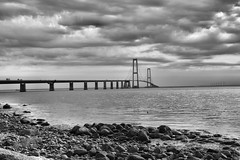 Pause am Großen Belt / Break at the Great Belt (r.stopable1) Tags: storebæltsbroen storebæltbrücke groserbelt greatbelt kattegat ostsee balticsea dänemark denmark sky himmel wolken clouds wasser meer water sea blackwhite schwarzweiss bw einfarbig monochrome coast küste
