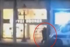 لحظة قتل الشرطة الفرنسية لإرهابي الشانزيليزيه (ahmkbrcom) Tags: اعتداء الإرهاب باريس قواتالأمن وزارةالداخلية