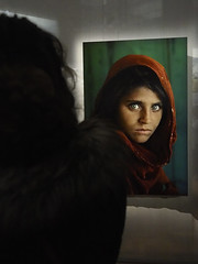 Sharbat Gula, l'afghane aux yeux verts. (Marc Fievet) Tags: stevemccurry steve mccurry photographeaméricain américain photographe reporter reporters olympusomd5mkii olympus expositionbruxelles expositionbourse bourse bruxelles expo photojournalisme journalisme photographebelge afghanistan afghane sharbatgula gula sharbat fille yeuxverts vert verts yeux