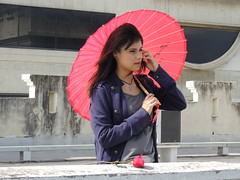 El viento espera (Baha_Z) Tags: roses love girl umbrella