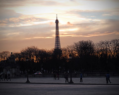 French Sunset (Orzaez212) Tags: parque winter sunset paris france color atardecer europa tour monumento ciudad olympus eiffel nubes invierno francia clima europeonflickr semicloudy flickrtravelaward