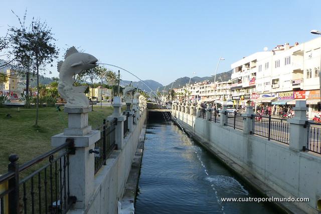 Vista del canal cercano a la plaza central de Marmaris