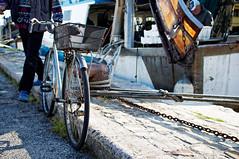 Le vélo du pechêur (Paolo Pizzimenti) Tags: vélo pêcheur cigarette pause couple élégance paris cesenatico paolo olympus penf omdem1mkii 25mm f18 film pellicule argentique dosineau m43 mirrorless
